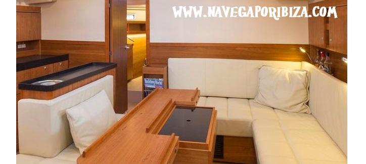 alquila barco en Ibiza, salón amplio y muy cuidado