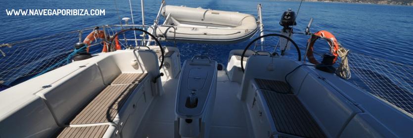 bañera amplia de este precioso barco en ibiza